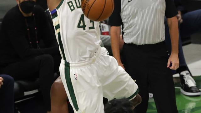 Com 14 jogadores pontuando, Bucks arrasam com Atlanta e empatam final do Leste