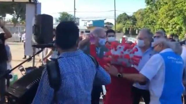 Ministro da Saúde dança forró com pessoa fantasiada de coronavírus