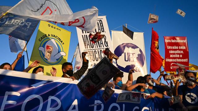 Manifestantes anti-Bolsonaro se concentram junto a Monumento a Zumbi no Rio