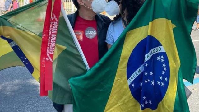 Paulo Betti pede Dadá Coelho em casamento durante manifestação