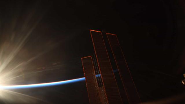 Astronauta capta nascer do sol a partir da Estação Espacial