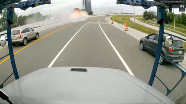 Caminhão com tanque de combustível sai da rodovia e explode