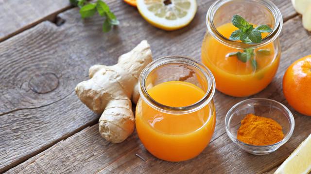Emagreça com este suco termogênico de laranja, gengibre e acerola