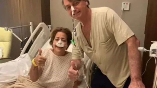 Sem máscara, Bolsonaro tira foto com paciente no hospital onde está internado