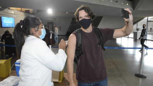 Vacinadora de celebridades imunizou de Zeca Pagodinho a Vladimir Brichta