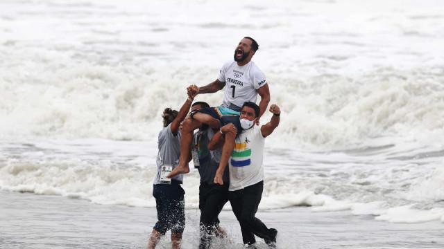Italo Ferreira conquista 1º ouro do Brasil em Tóquio e faz história no surfe