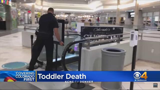 Menino de 2 anos morre após cair dos braços do pai em escada rolante