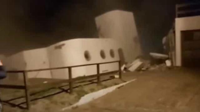 O momento em que uma casa desmorona e cai no mar na Argentina