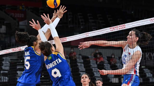 Brasil bate Sérvia, segue invicto e é líder de grupo no vôlei feminino das Olimpíadas