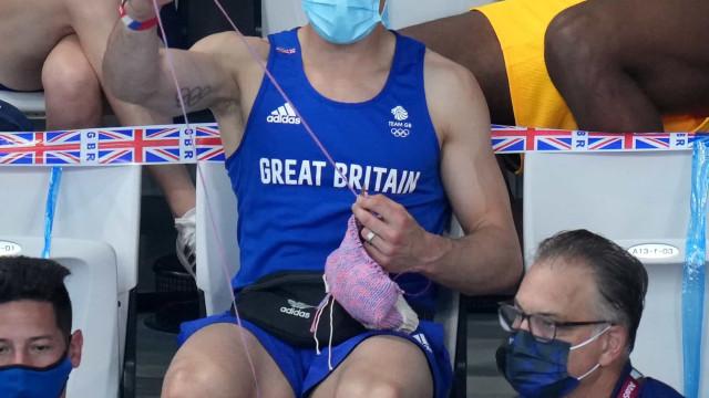 Britânico termina cardigã que tricotou na Olimpíada e mostra resultado nas redes