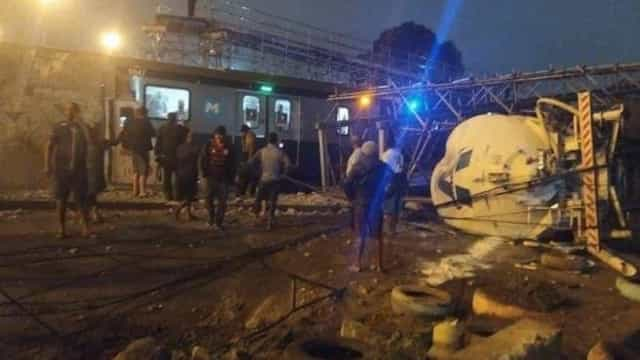 Caminhão de gás derruba passarela sobre linha de metrô no Rio
