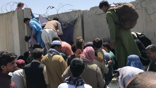 Medo de ataques antecipa fim de retirada do Afeganistão, e civis se desesperam