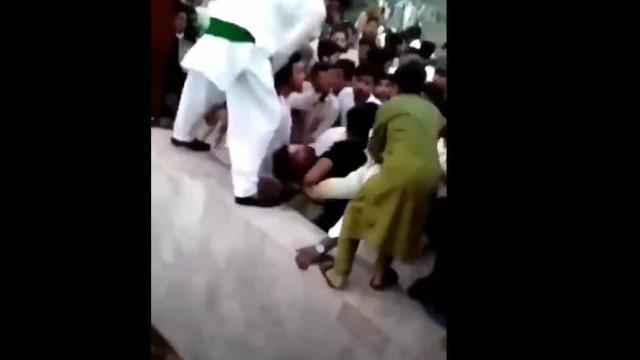 Mulher agredida por multidão no Paquistão enquanto gravava TikTok