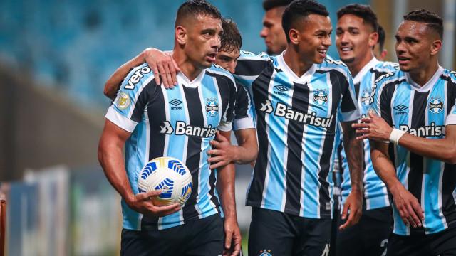 Com gols de Borja e Diego Souza, Grêmio vence o Bahia e respira no Brasileirão