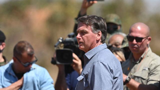 Bolsonaro diz que chora sozinho no banheiro de casa e que Michelle nunca viu