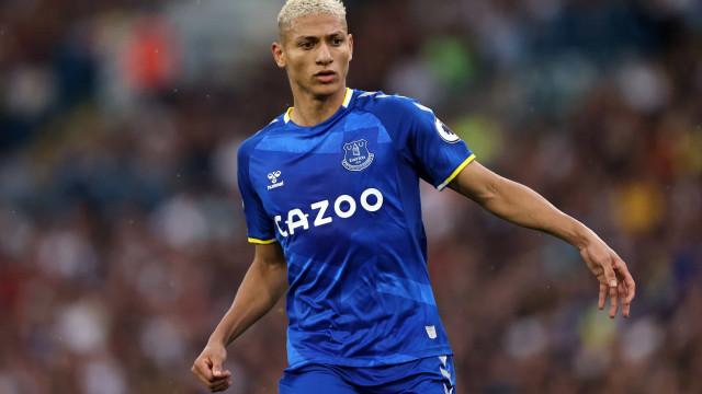 Richarlison volta a treinar e pode atuar neste final de semana pelo Everton