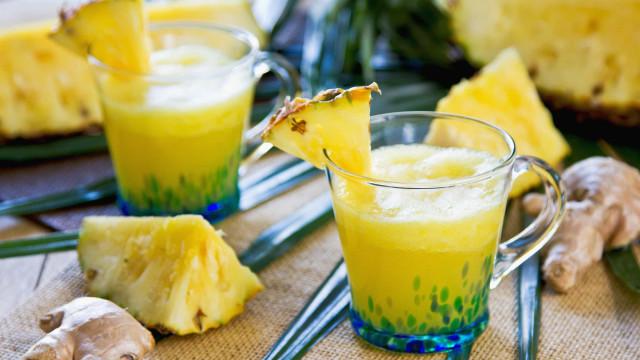 Suco natural detox de abacaxi e gengibre que seca a barriga