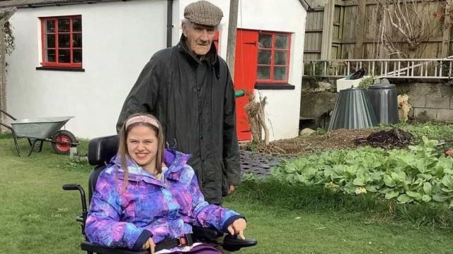 Pai de 86 anos morre ao salvar filha de cadeira de rodas que caiu ao rio