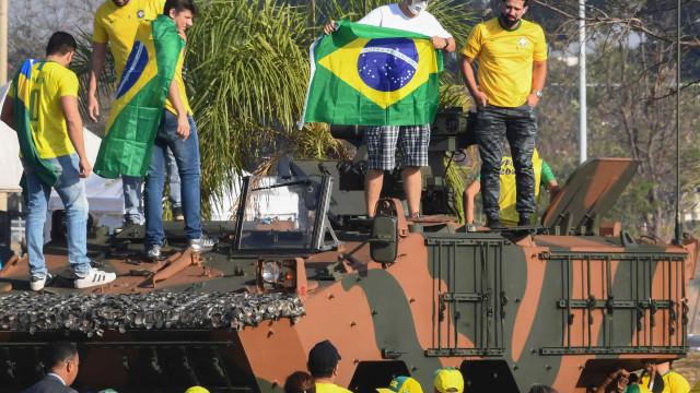 Bolsonaristas agridem com socos jovens que consideraram 'infiltrados'