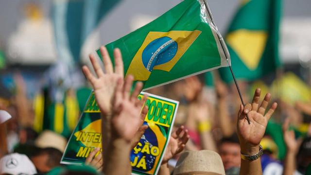 Manifestantes bolsonaristas tentam invadir o Ministério da Saúde