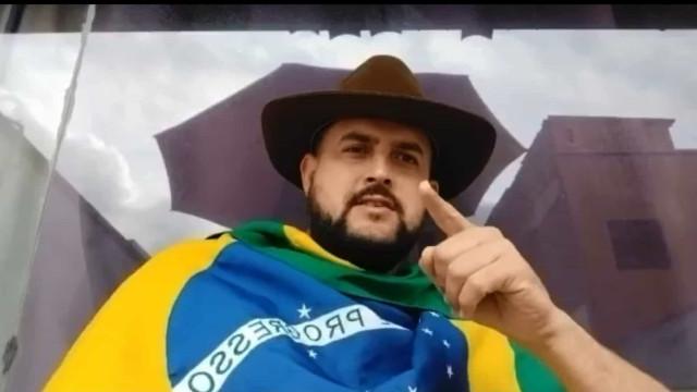 Caminhoneiro Zé Trovão se entrega à Polícia Federal