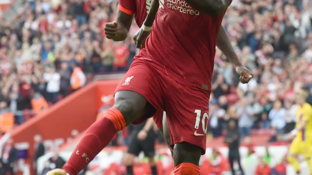 Mané faz 100° gol pelo Liverpool em vitória que deu a liderança do Inglês
