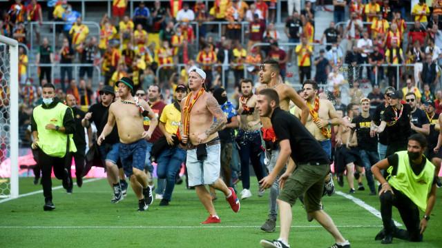 Torcedores do Lens invadem o campo para brigar no Campeonato Francês