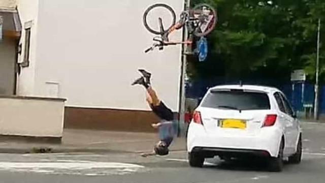 Ciclista sobrevive a colisão com carro que seguia na direção errada