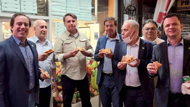 Após entrar pela porta dos fundos de hotel, Bolsonaro come pizza na calçada em NY