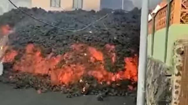 No caminho até ao mar, lava do vulcão nas Canárias vai engolindo casas