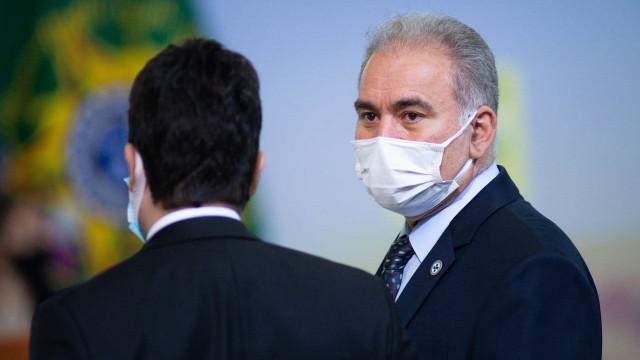 Ministro da Saúde, Marcelo Queiroga mostra dedo do meio a manifestantes em NY