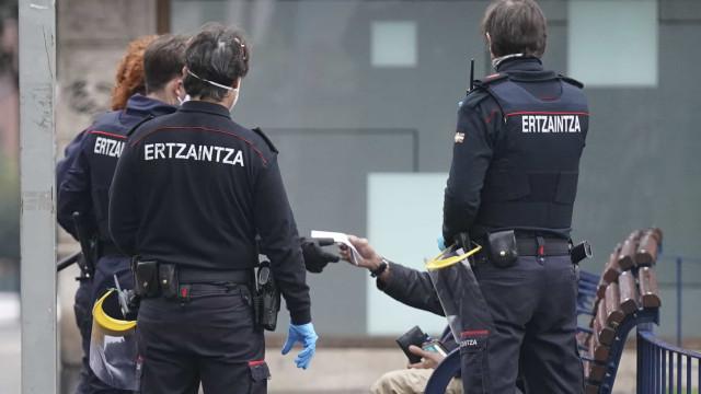 Homem é preso após atirar álcool gel e atear fogo em colega no País Basco