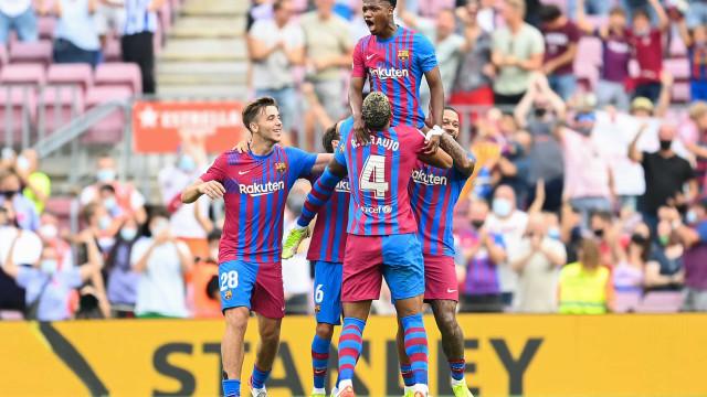 Barcelona bate Levante com 1º gol de Luuk de Jong e volta triunfal de Ansu Fati