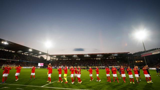 Freiburg vence Augsburg em despedida de estádio, emociona torcida e segue invicto