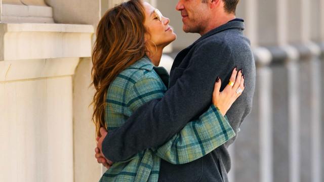 J.Lo e Ben Affleck trocam beijos apaixonados nas ruas Nova York