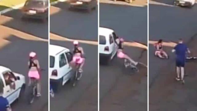 Mulher cai de bike após homem dentro de carro passar a mão nela