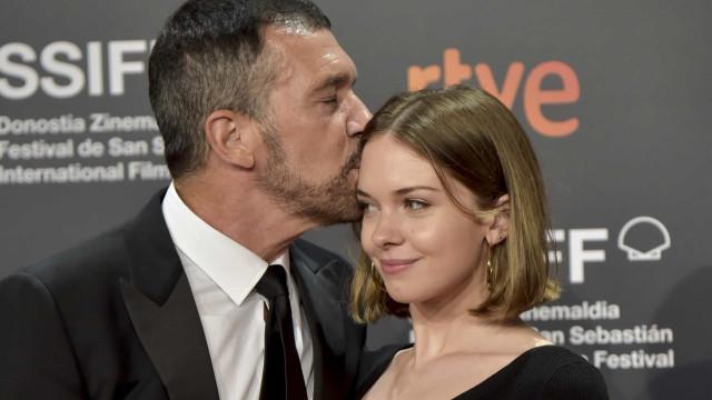 Filha de Antonio Banderas e Melanie Griffith quer retirar sobrenome da mãe