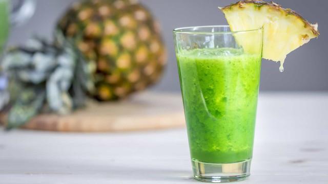 Suco detox de abacaxi e de erva-cidreira para desinchar