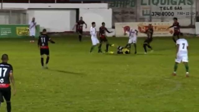 Jogador que agrediu árbitro no Sul é suspenso do futebol por dois anos