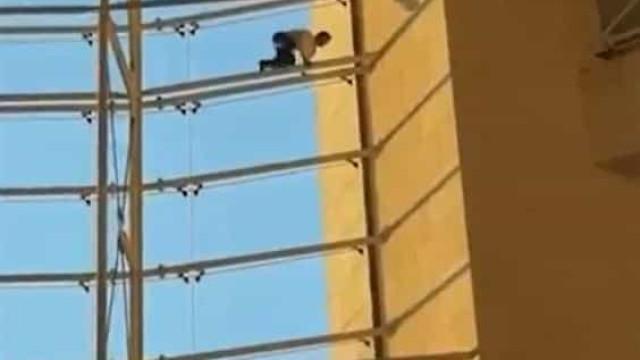 Homem escala estrutura no Aeroporto de Lisboa e cai de altura de 4 metros