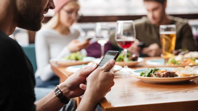 Quer comer de forma saudável? Pare de fazer isto às refeições!