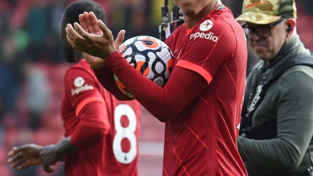 Com três de Firmino e golaço de Salah, Liverpool goleia Watford e segue invicto