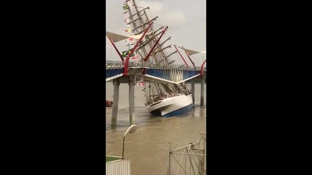 Navio-veleiro Cisne-Branco da Marinha se choca contra ponte no Equador