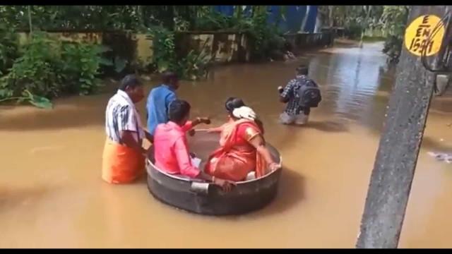 Por causa das enchentes, casal chega ao casamento dentro de uma panela