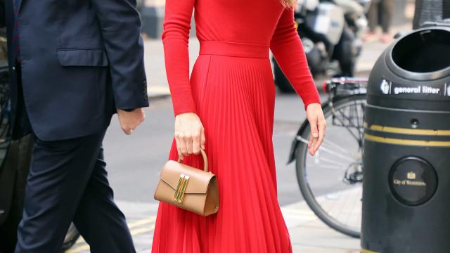 Kate Middleton aparece deslumbrante com um look vermelho total