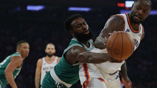 Em duelo com 2 prorrogações, Knicks vencem Celtics na estreia da temporada da NBA