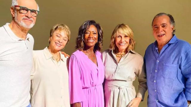 Gloria Maria celebra encontro com atores ao gravar mensagem de fim ano