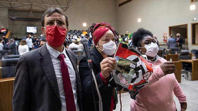Manifestante diz que chamado divino o fez levar cartaz com suástica para Câmara de Porto Alegre