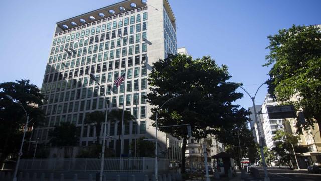 Consulados dos EUA vão retomar entrevistas para tirar visto