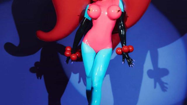 Peito com balões e saltos de 22 centímetros: a fantasia de Sabrina Sato